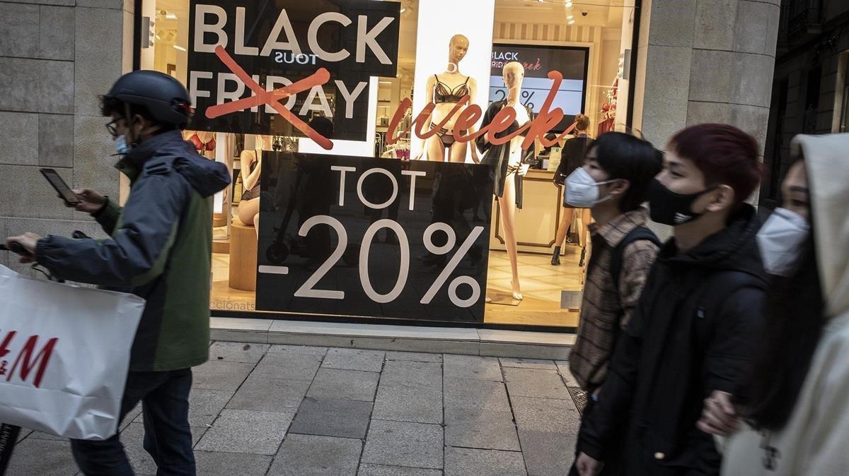 """Imagen de El periódico: """"Solo el 3,2% de las ventas del 'Black Friday' ha tenido un descuento real"""""""